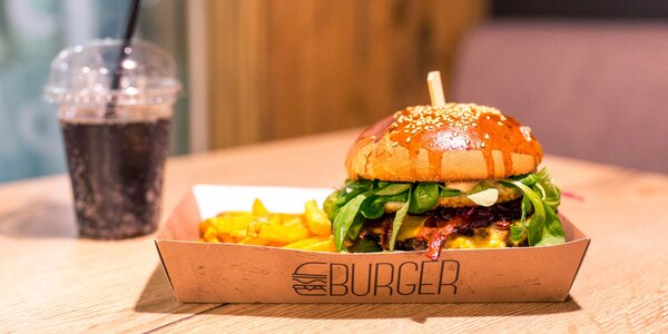 Vynikajúci burger s hranolčekmi a nápojom