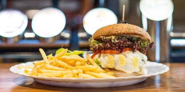 Ginger burger s hranolčekmi a cesnakovým dresingom