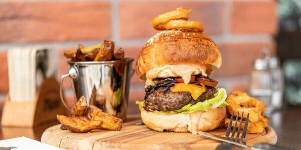 4 druhy burgerov s hranolčekmi a cibuľovými krúžkami