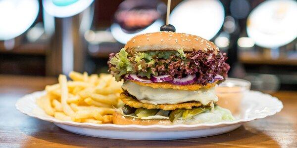 Farmársky burger s hranolčekmi a dresingom v Platan Street Pub