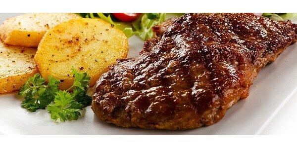 Šťavnatý hovädzí steak s prílohou a vínom priamo v srdci Nitry
