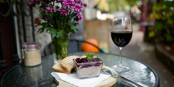 Domáca kačacia paštéta s brusnicami, toastom a pohárom vína