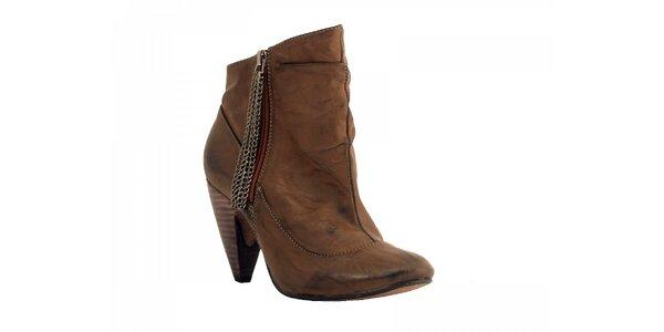 Dámske hnedé kotníčkové topánky Red Hot s retiazkou