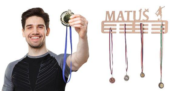 Personalizovaný vešiak na medaily