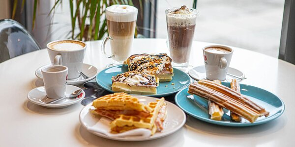 Vaflové dobroty a voňavá káva či horúca čokoláda