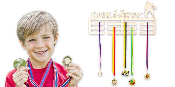 Personalizovaný vešiak na medaily pre športovcov