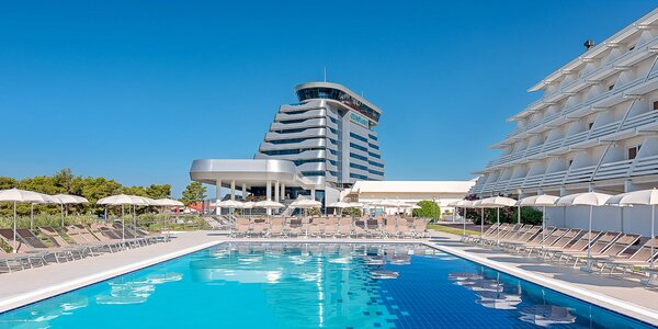 Vodice: hotel 50 m od pláže, bazény a polpenzia