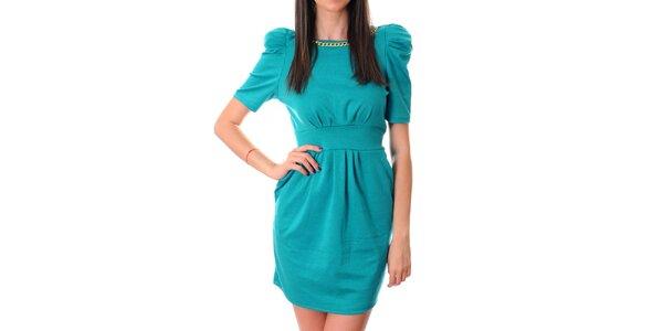 Dámske azúrovo modré šaty Ribelli so zlatou retiazkou