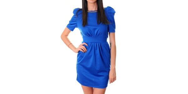 Dámske žiarivo modré šaty Ribelli so zlatou retiazkou