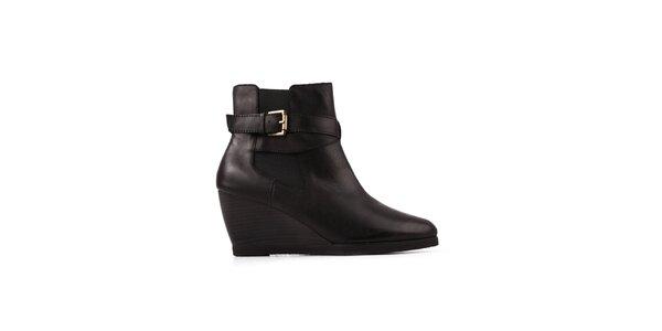 Dámske čierne topánky na kline Derhy