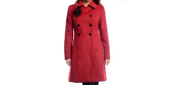 Dámsky tmavo červený kabátik s kvetinou Estella