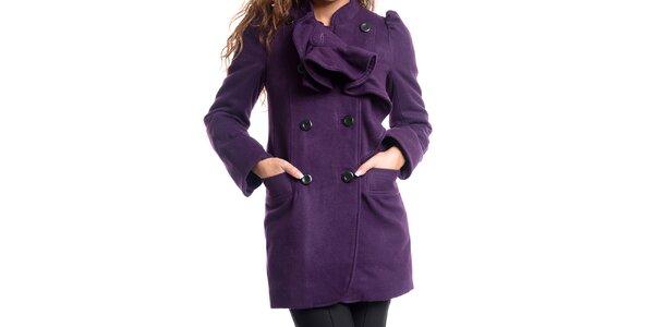 Dámsky fialový kabát s ozdobným volánom Oriana