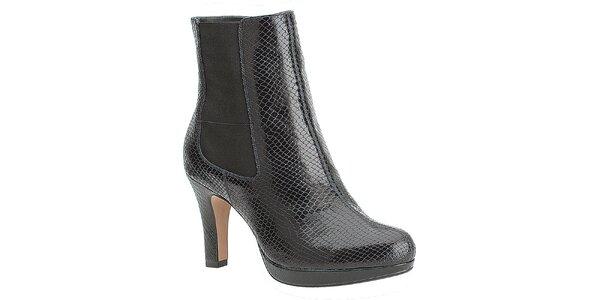 Dámske čierne chelsea topánky na opätku Clarks s hadím vzorom
