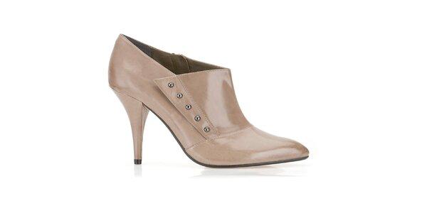 Dámske béžové topánky na opätku Clarks