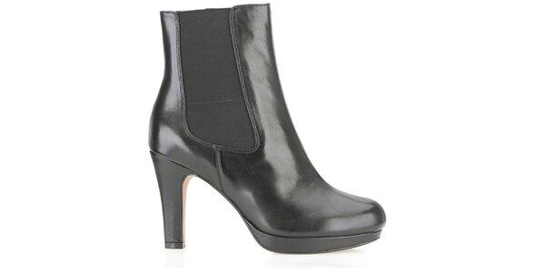 Dámske čierne chelsea topánky na opätku Clarks