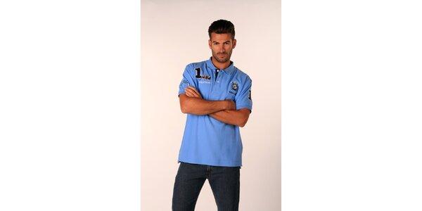 Pánske blankytno modré polo tričko Valecuatro s farebnými nášivkami