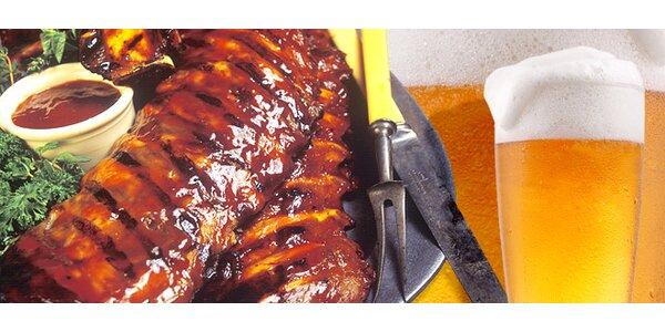 Vysoké grilované rebierka s opekanými zemiakmi s vínkom alebo pivom