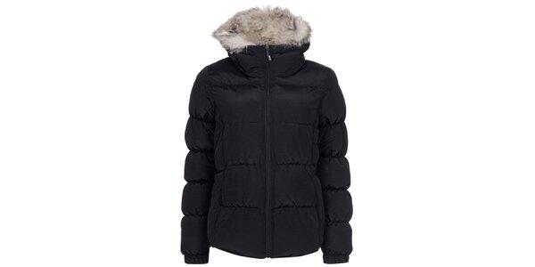 Dámska čierna prešívaná bunda s kožúškom Bench