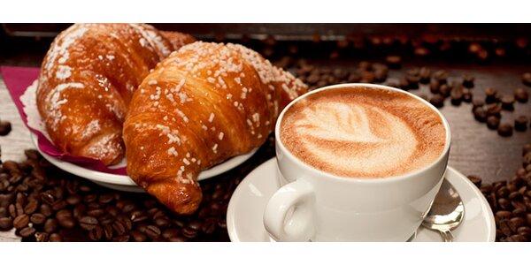 Nová energia nad delikátnou kávičkou a nadýchaným croissantom