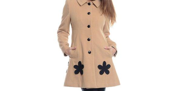 Dámsky béžový kabát s čiernymi kvetmi Bella