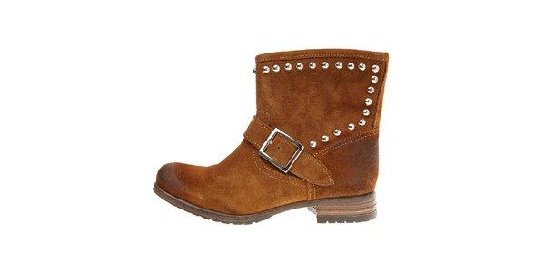 Dámske orieškovo hnedé semišové kotníčkové topánky Buffalo s kovovými cvokmi