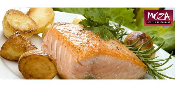 Pochutnajte si na šťavnatom steaku z lososa s citrónovo - rozmarínovým maslom!