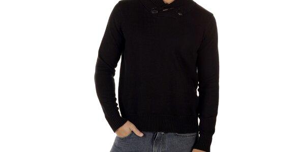 Pánsky čierny sveter s olivkovým gombíkom CLK