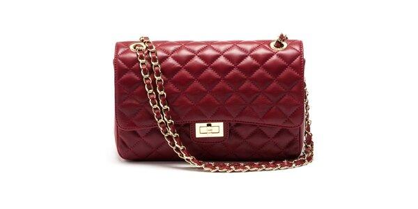 Dámska červená prešívaná kabelka s retiazkou Carla Ferreri