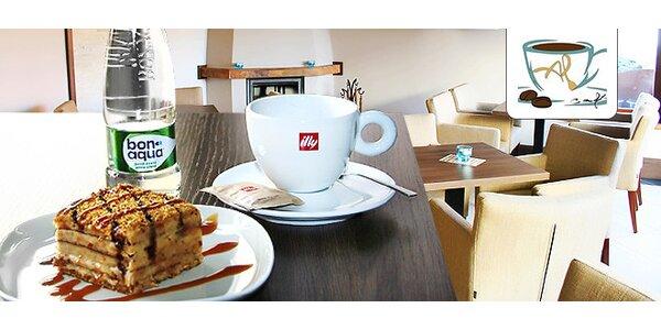 Sladká Marlenka s kávou v centre mesta