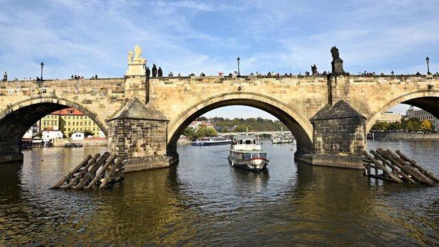 Plavba loďou po rieke Vltava v Prahe
