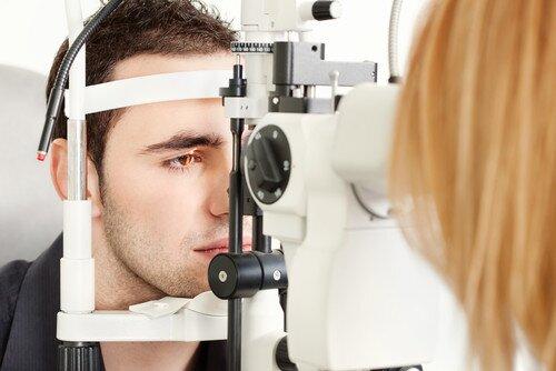 79edb8370 Oftalmológ môže vyšetrením posúdiť, či vaše oči netrpia refrakčnou  poruchou. Je to stav oka, keď nie je schopné zaostriť na blízky alebo  vzdialený bod.
