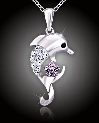 Veselý delfín s čírymi a fialovými kryštálmi
