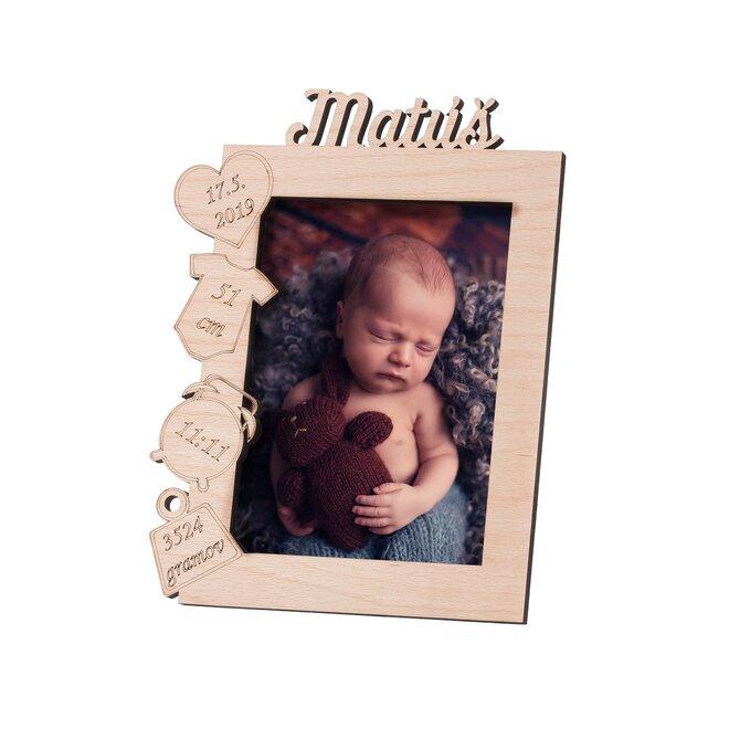 Drevený fotorámik s menom novorodenca (orientácia: na výšku)