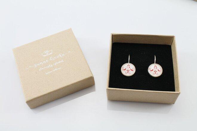 Dámske náušnice s ľudovým motívom v darčekovej krabičke