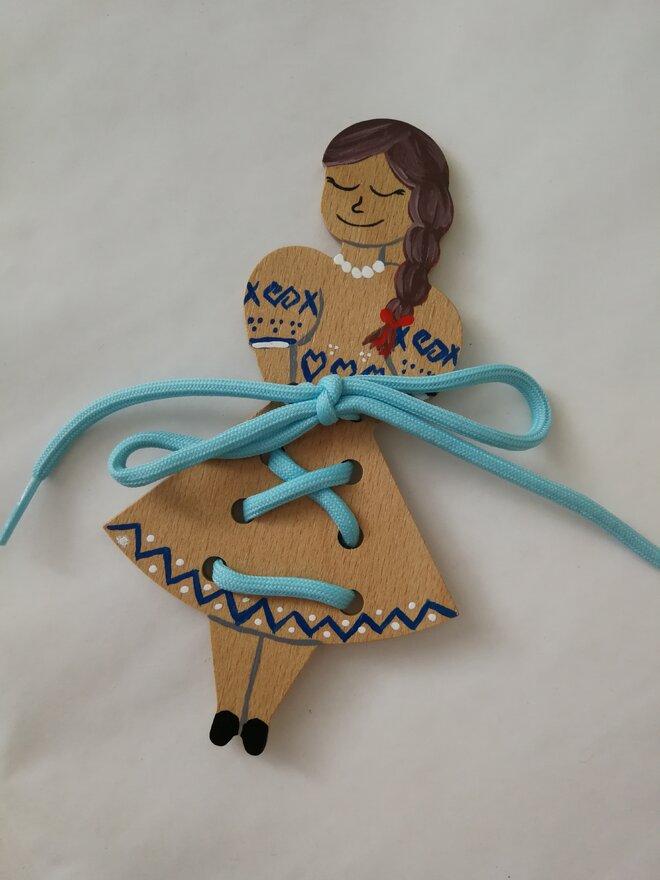 Edukačná šnurovacia topánka (dievčatko v kroji)
