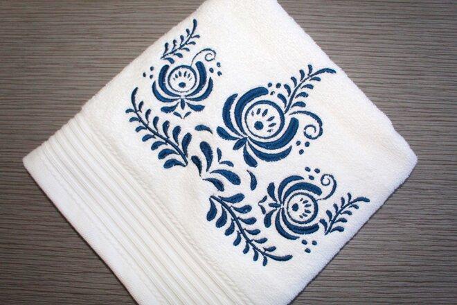 Froté uterák s modrou výšivkou