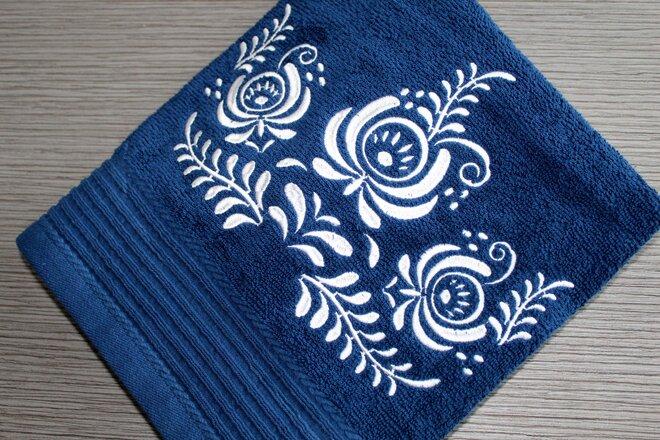 Froté uterák s bielou výšivkou
