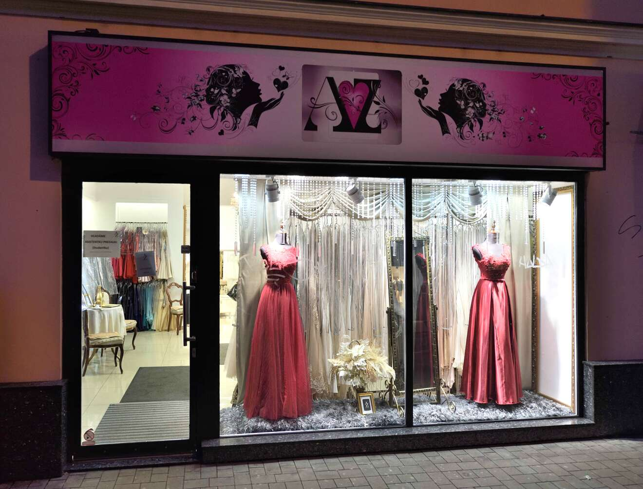 Budúce nevesty si v salóne môžu vybrať zo širokej kolekcie svadobných šiat  a zároveň na jednom mieste zakúpiť aj popolnočnú róbu. Spoločenské šaty sú  ... c9e547bf16c