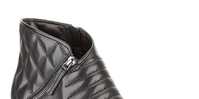 Dámske čierne členkové topánky na opätku s prešívaním Clarks ... 17c57097ecc