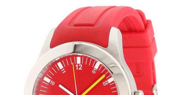 Pánske hodinky s červeným remienkom Lacoste