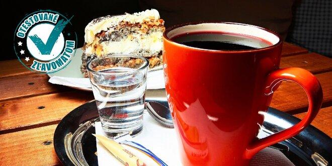 Varené vínko alebo čaj s cheesecakom alebo zákuskom
