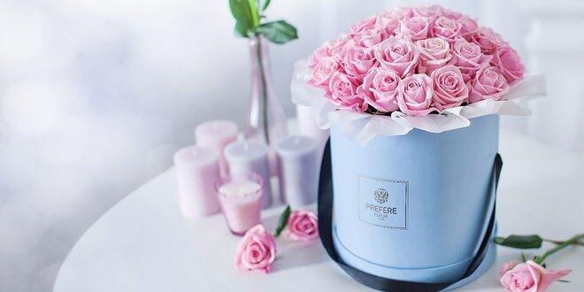 Kytice ruží či tulipánov vo vkusných klobúkových boxoch