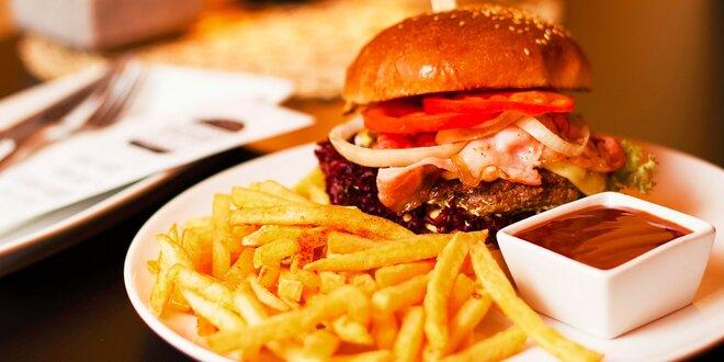 Slaninový burger s cibuľovými krúžkami a hranolčekmi