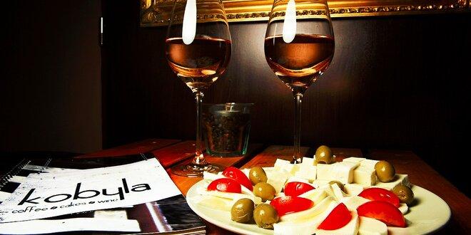 Posedenie pri víne pre dvoch so syrovou misou