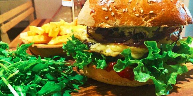 Domáci hovädzí burger s hranolčekmi