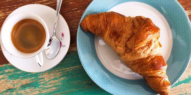 Maslový croissant s kávou