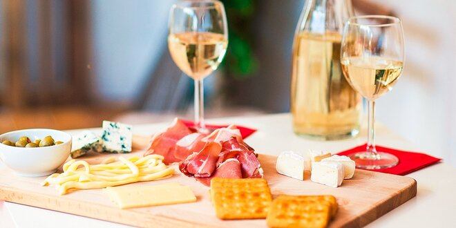 Karafa šumivého vína alebo burčiaku s bruschettou či syrová doštička - aj pre…