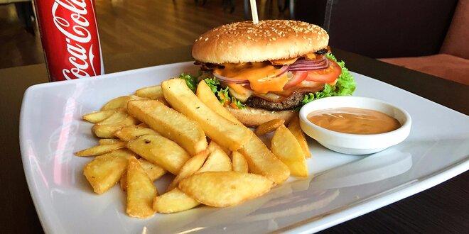Šťavnatý burger so steakovými hranolčekmi a nápojom