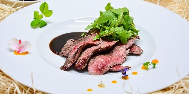 Flank steak s domácimi hranolčekmi a rukolovým šalátom v exkluzívnom…
