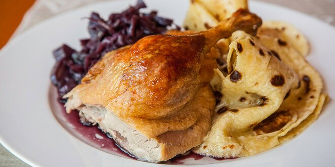 600 g pečenej kačaciny s dusenou kapustou a domácimi zemiakovými lokšami